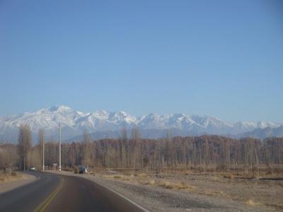 A chegada, do aeroporto para a cidade, com a cordilheria dos Andes ao fundo