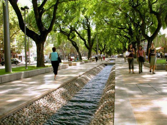 As acequias, pequenos canais que distribuem a agua de degelo da cordilheira pela cidade